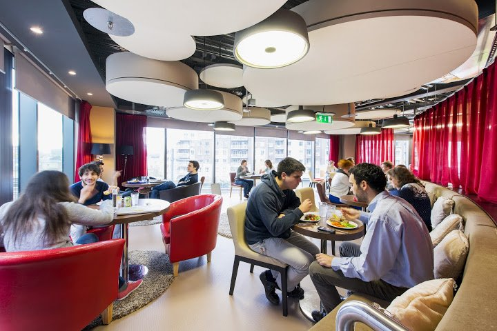 googlers-hanging-out-eating