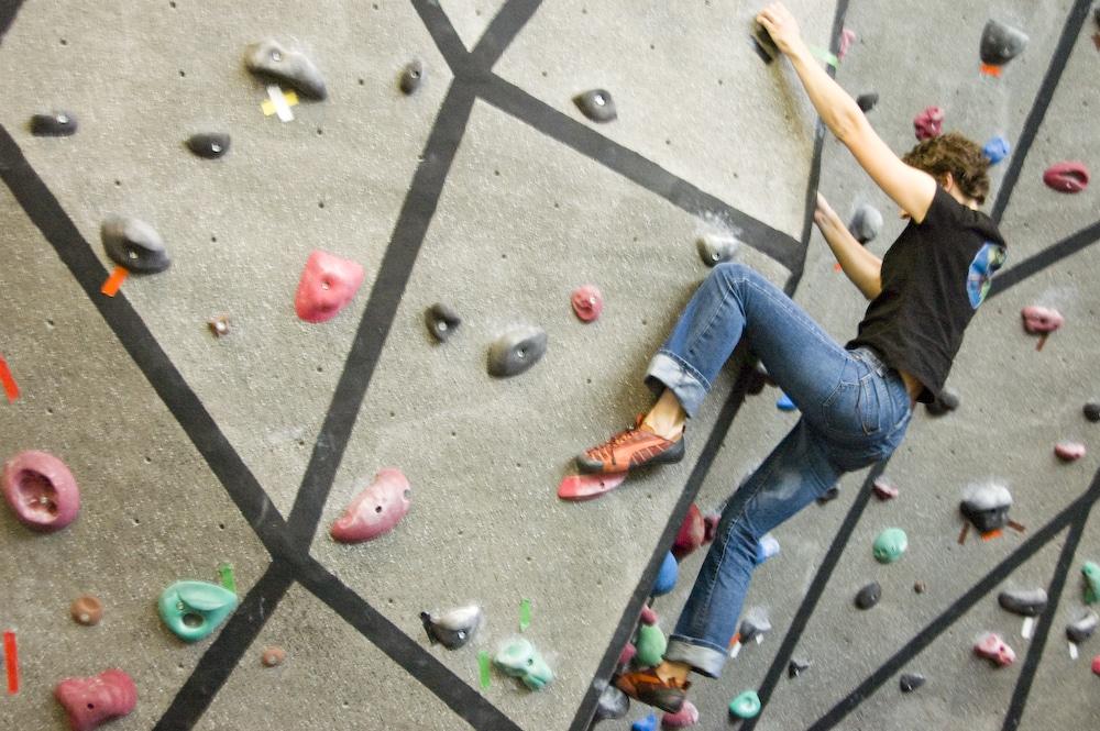 Mur d'escalade dans les locaux de Boulder (USA).