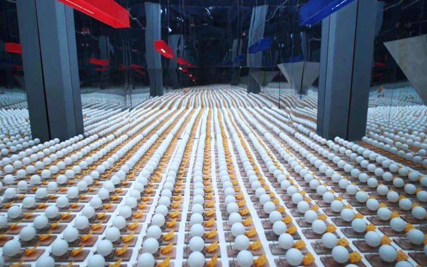 Plus de 2000 tapettes de souris et balles de ping-pong ont été utilisées pour produire ce spot vidéo !