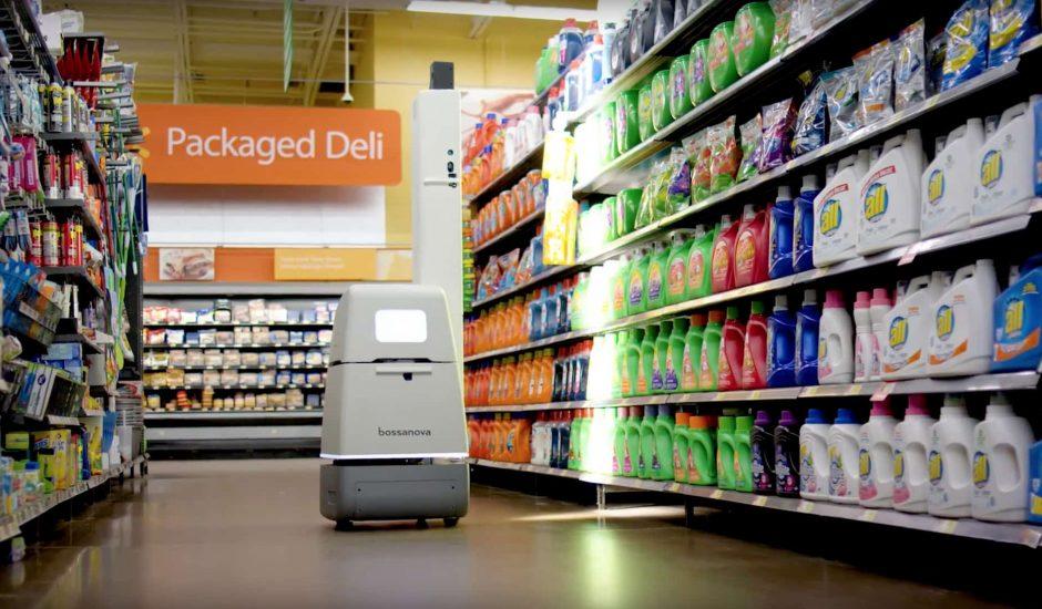 Le robot de Bossa Nova Robotics se déplace dans un rayon de Walmart.