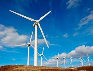 Des éoliennes sur des collines et le ciel