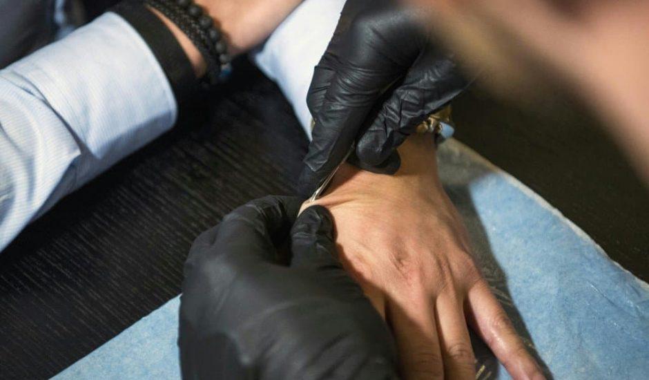 En Suède, l'implant électronique inséré sous la peau remplace clés, cartes de visite et billets de train