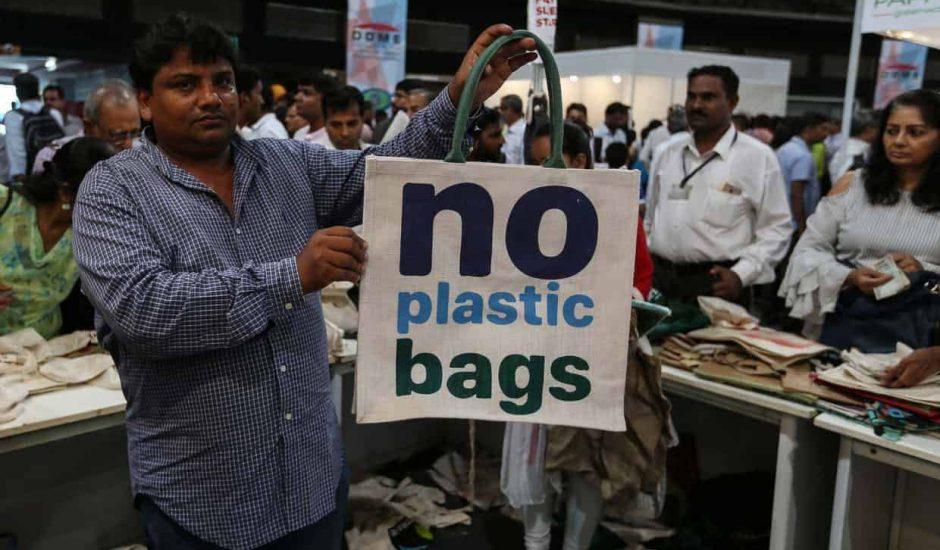Les sacs et les bouteilles en plastique sont interdits à Mumbai. Nestlé va renoncer partiellement au plastique.