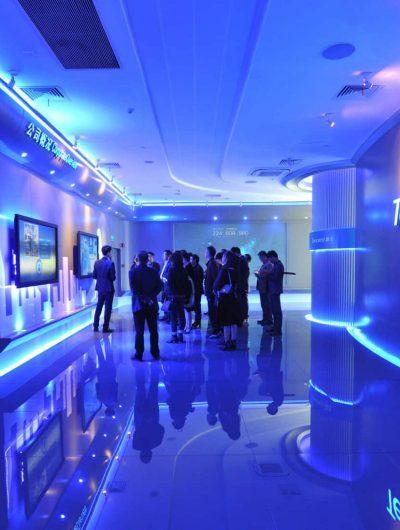 Une salle avec des lumières bleues et le logo Tencent au mur.