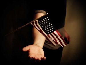 Un drapeau américain flottant au-dessus d'une main.