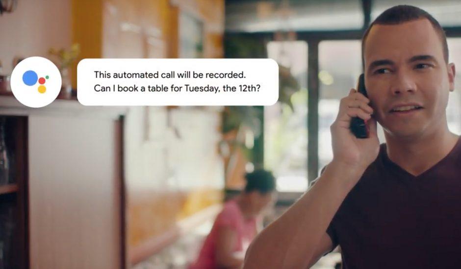 Un homme au téléphone répondant à un appel Google Duplex dans un café.