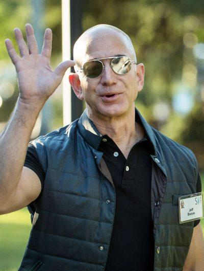 Jeff Bezos patron amazon qui salue de la main