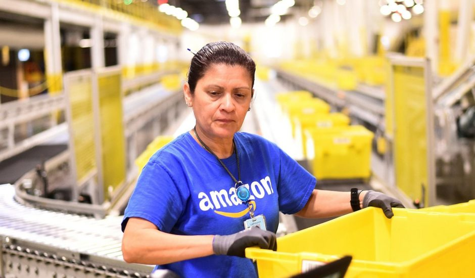 Des employés d'Amazon protestent contre leurs conditions de travail.
