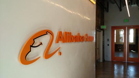 alibaba logo sur un mur
