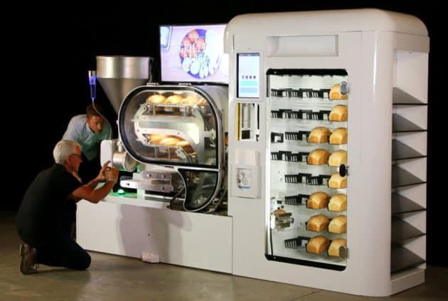 L'entreprise américaine Wilkinson Baking Company a présenté son robot BreadBot, qui peut faire du pain à profusion pour la grande distribution