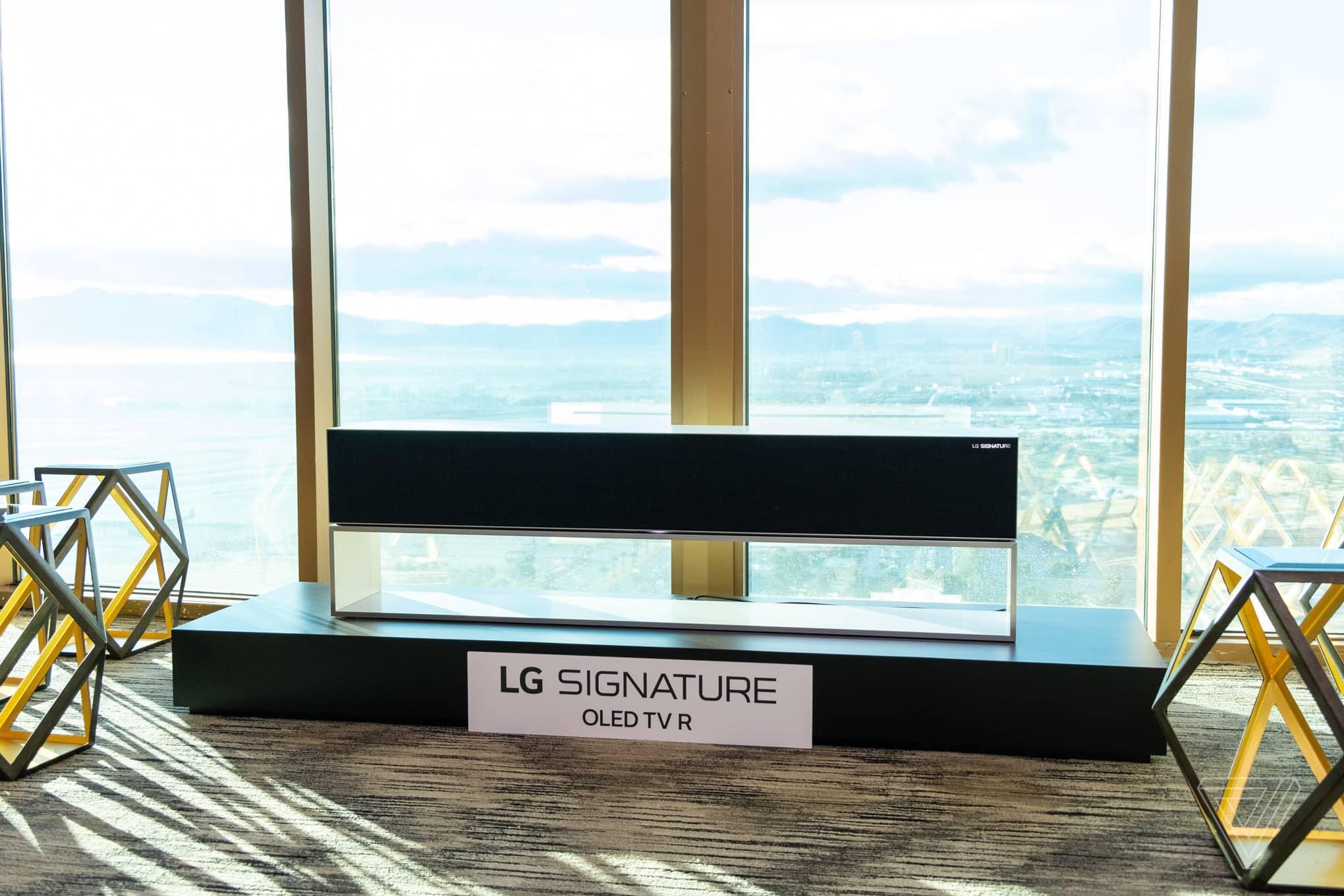 LG sort une télévision enroulable qui passe donc inapercu dans le salon à l'aide d'un simple bouton.
