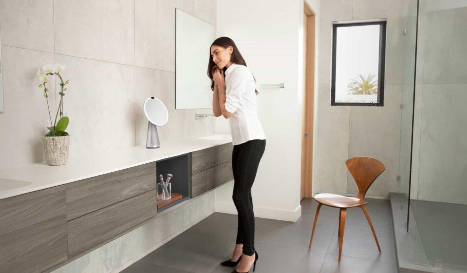 Google asstistant est intégré aux miroirs Simplehuman afin que ces derniers répondent aux questions et envies de leurs utilisateurs dans leur salle de bain