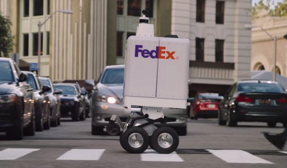 Le robot de livraison de FedEx a tout compris de la politesse exigée par la vie sur les trottoirs. Photo : FedEx