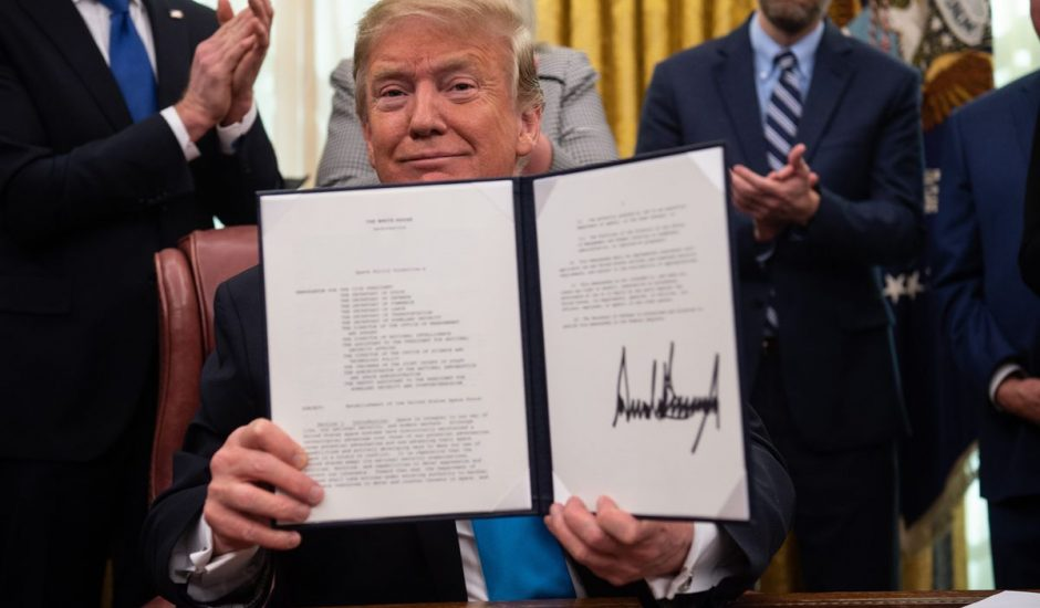 Trump signe un directive à propos de la Space Force.