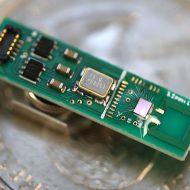Un minuscule émetteur Bluetooth fonctionnant avec moins d'un milliwatt