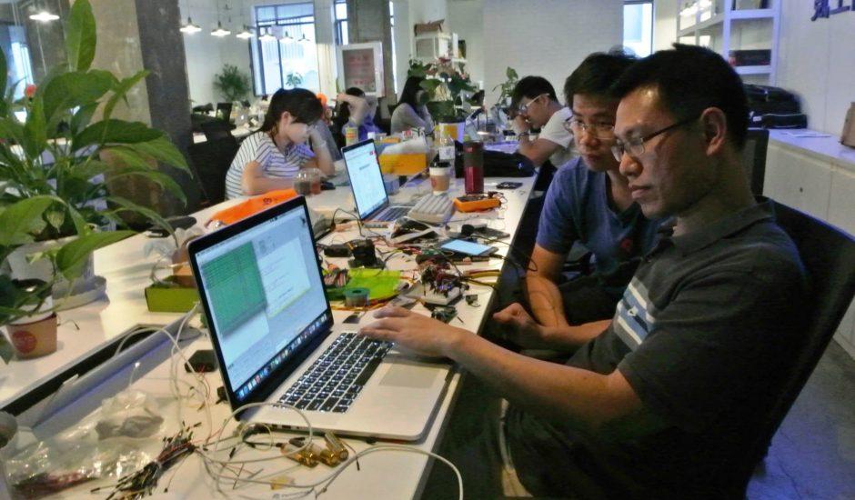Des employés chinois de technologie pris par leur travail