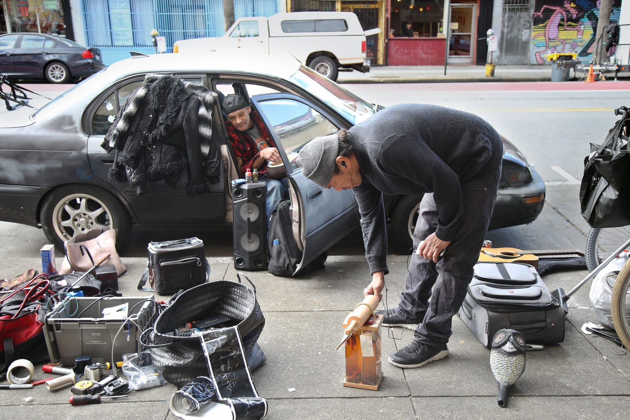 Des pauvres ramassent les ordures des riches aux USA.