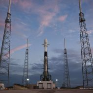 Le lanceur Falcon 9 se tient sur le pas de tir.