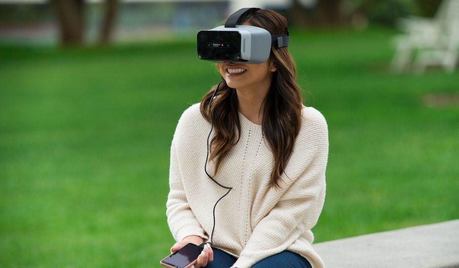 """Qualcomm a présenté un casque de VR conçu en interne pour servir de """"design de référence"""". Il arbore une puce Snapdragon XR1 créée spécialement pour la réalité augmentée."""