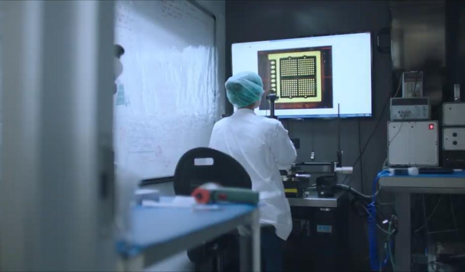 Un scientifique travaille sur une ICM.