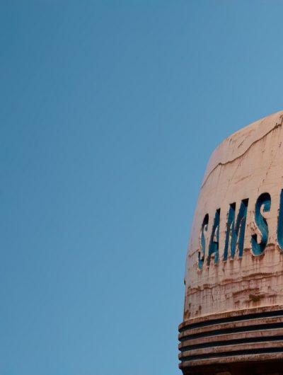 Le logo de Samsung sur un bâtiment.