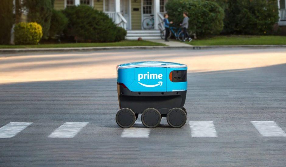Le robot Scout d'Amazon dans la rue.