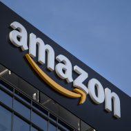 Le logo Amazon posé sur un immeuble