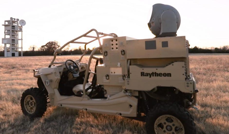 Un véhicule militaire équipé de l'arme anti-drone de Raytheon