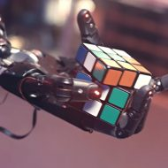 Une main robotique en train de résoudre un Rubik's Cube