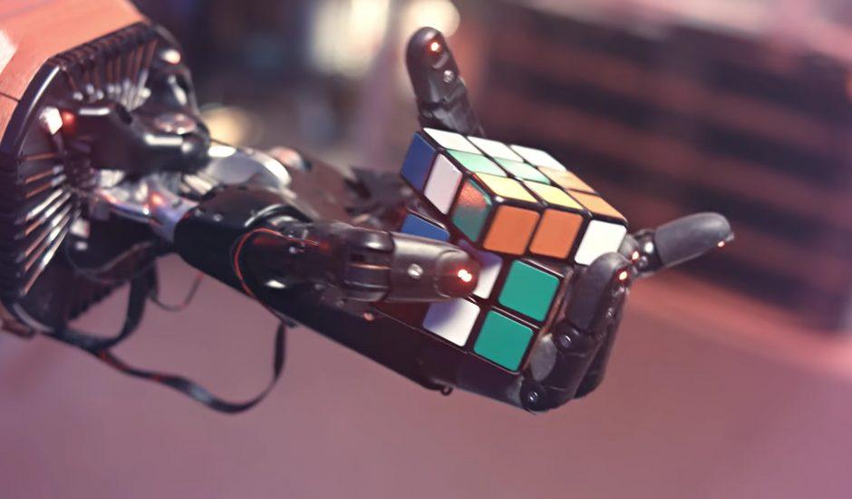 Une main robotique en train de résoudre un Rubik's Cube