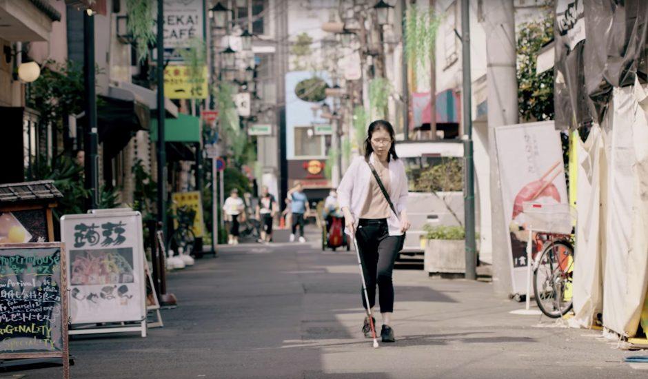 Wakana Sugiyama, employé chez Google Maps se déplace dans les rues de Tokyo grâce au guidage vocal détaillé sur Google Maps