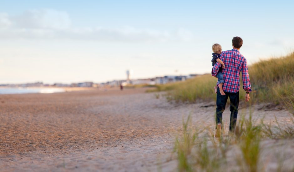 Un père et son fils sur une plage