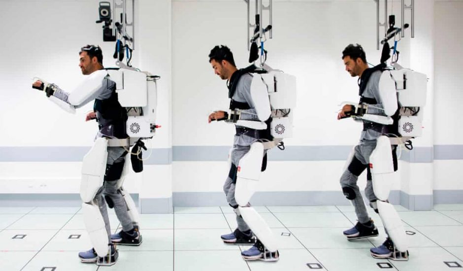 Un français remarche grâce à un exosquelette.
