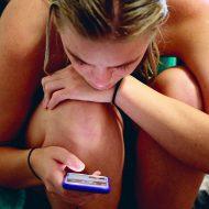 Une fille regardant Instagram sur son téléphone