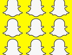 Plusieurs logos du fantôme Snapchat sur fond jaune.