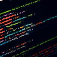 cyberattaques / Des lignes de code information de plusieurs couleurs sur un fond noir