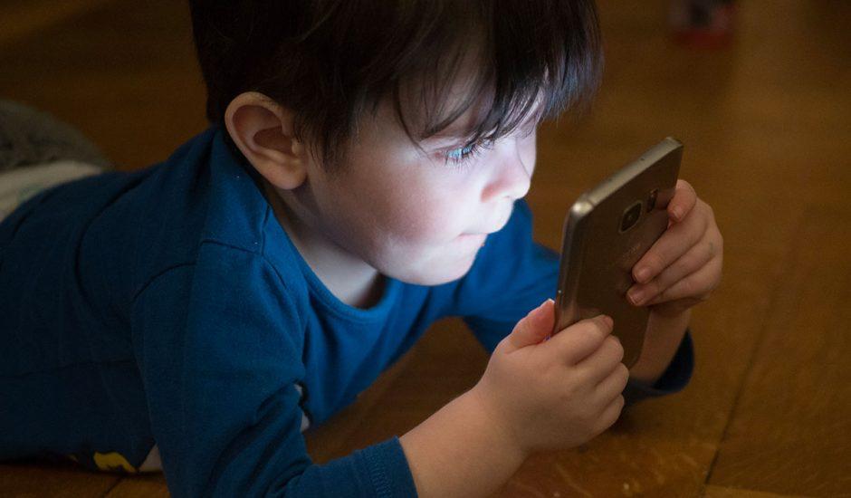 Les écrans sont néfastes pour le cerveau des enfants.