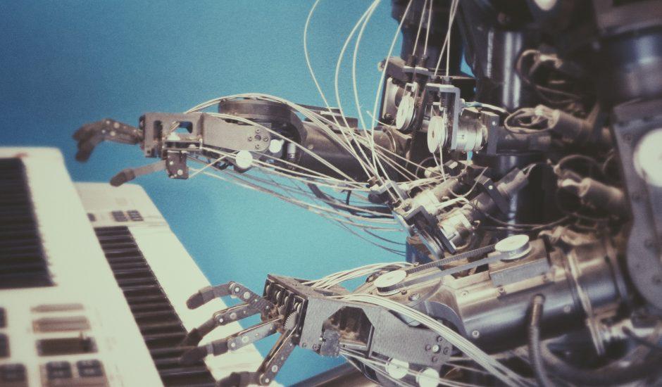 un robot qui apprend à jouer du piano, sous-entendu, plus il joue, plus il peut se corriger.