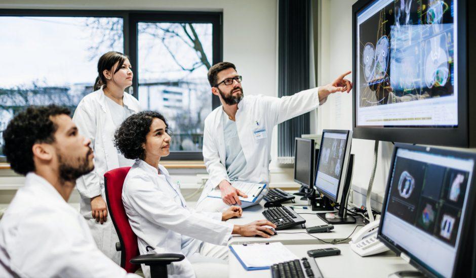 Une équipe de chercheurs regardent des données sur des écrans