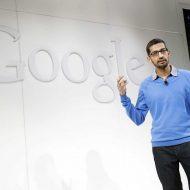 Le CEO de Google, Sundar Pichai, se tient devant le logo de son entreprise.
