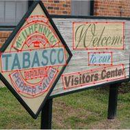Un paneau de restaurant en bois, avec le logo de Tabasco dessus