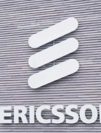Le logo de l'entreprise Ericsson sur un écriteau