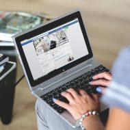 Une personne consultant Facebook sur son ordinateur