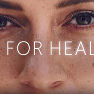 """Microsoft : un visage d'une femme avec le logo """"AI for Health"""""""