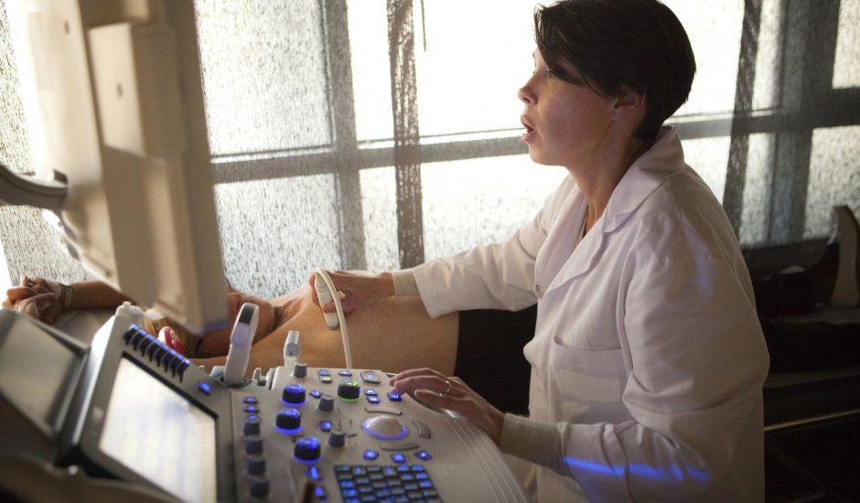DeepMind détecte le cancer du sein plus précisément qu'un médecin.