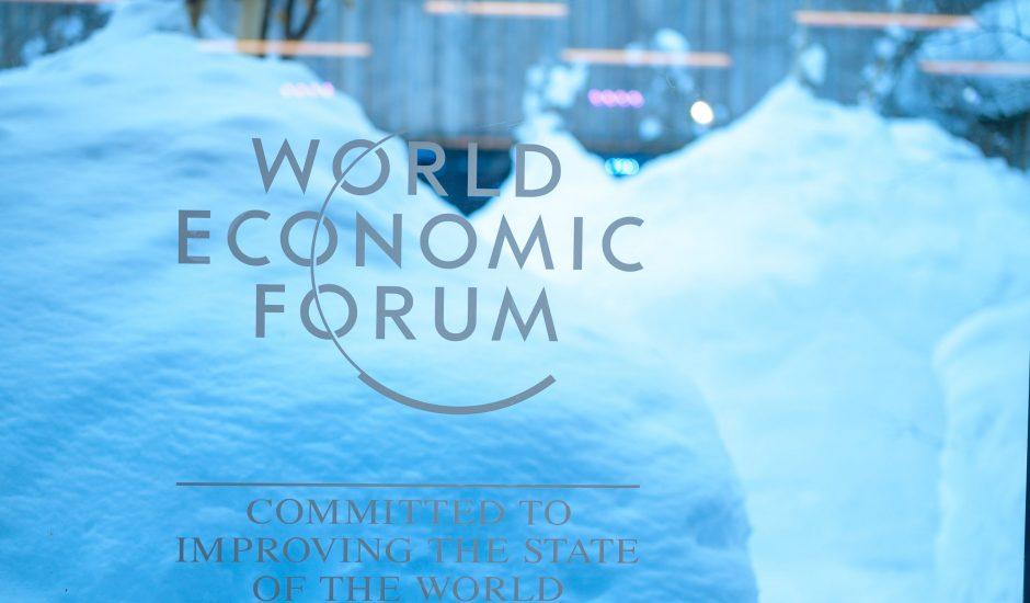 Le logo du World Economic Forum inscrit sur une vitre