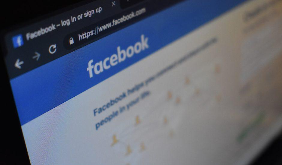 Facebook sur l'écran d'un ordinateur.