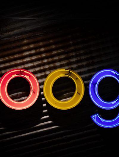 Le logo de google sur un fond noir