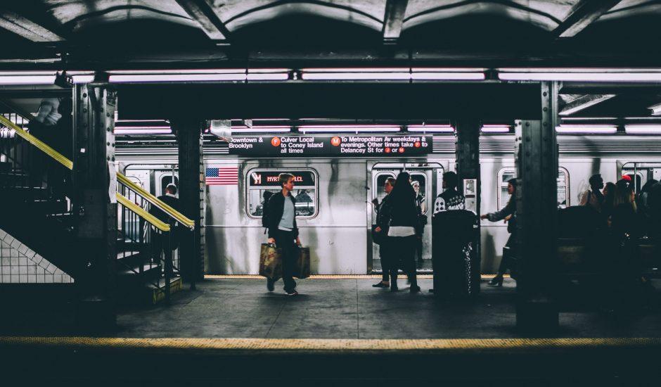 Des personnes attendant sur le quai d'une station de métro aux États-Unis - Mastercard