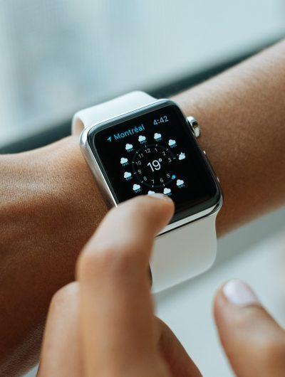 Une Apple Watch au poignet d'une personne.